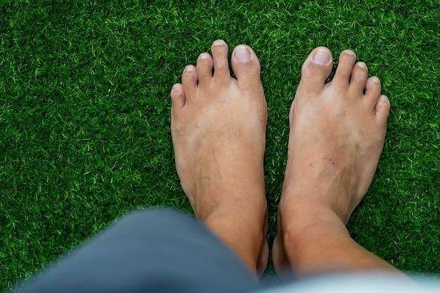 Крупным планом ноги на фоне зеленой травы
