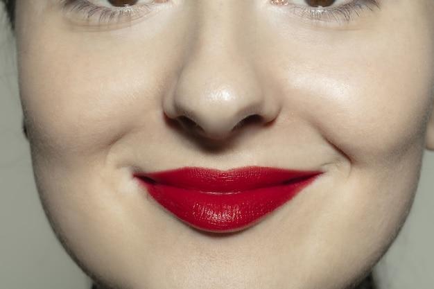 Крупным планом женский рот с ярко-красными блеском губ Premium Фотографии