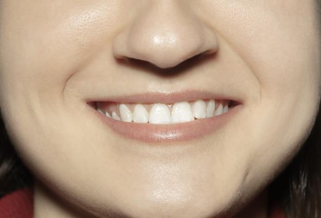 Крупным планом женский рот с естественными обнаженными губами блеска