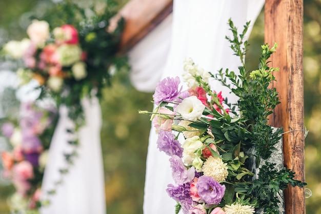 結婚式のためのクローズアップ花のアーチの装飾