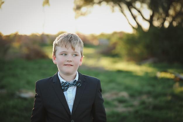 양복을 입고 사랑스러운 소년의 근접 촬영 초점 샷