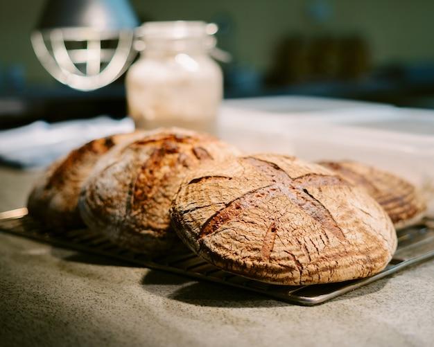 Primo piano di pane fatto in casa croccante arrugginito appena sfornato