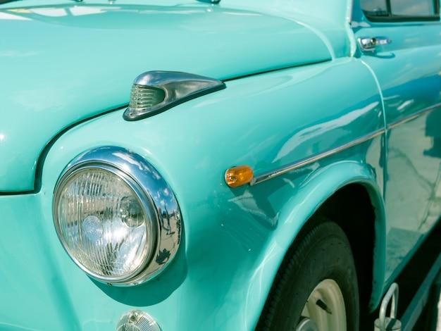 Крупным планом передняя часть старого старинного советского автомобиля россия