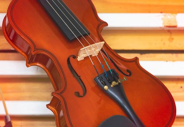 Крупным планом лицевая сторона скрипки, размытый свет вокруг