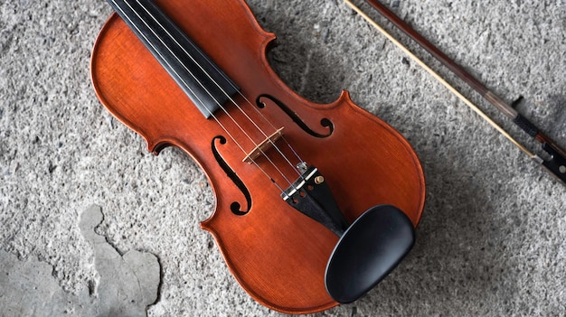 Крупным планом лицевая сторона скрипки, показать деталь акустического инструмента