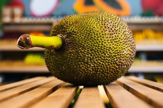 果物や野菜の木製パレットに横たわっている新鮮なジューシーなartocarpuscamansiのクローズアップ正面図