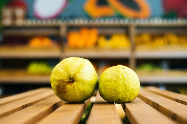 果物と野菜のセクションで木製パレットに横たわっている新鮮なジューシーな熟したサラクのクローズアップ正面図