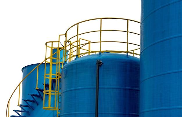 Бак для хранения топлива крупным планом на нефтеперерабатывающем заводе.