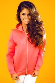 ふわふわブルネットの長い髪、笑顔、楽しんでいるクローズアップファンキーな美しい女性