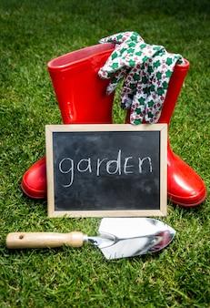 근접 촬영 정원 도구와 푸른 잔디에 단어