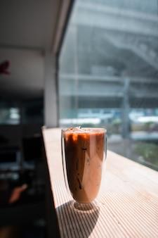 テーブルの上のミルクとアイスコーヒーのクローズアップグラス