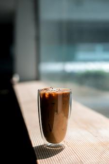 테이블에 우유와 아이스 커피의 근접 촬영 유리