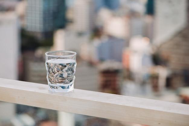 테이블 자연 배경에 물의 근접 촬영 유리