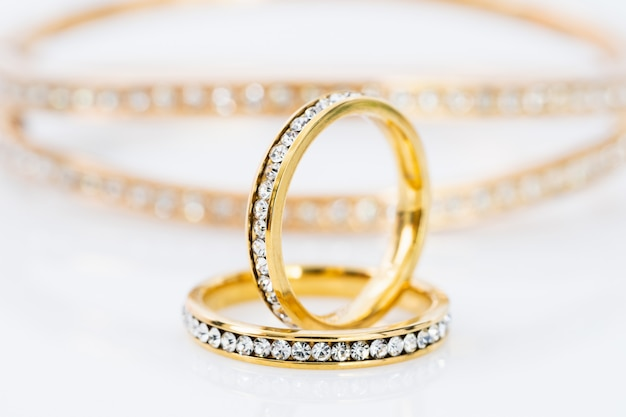 근접 촬영 골드 링 다이아몬드 보석. 흰색 바탕에 다이아몬드와 금 결혼 반지