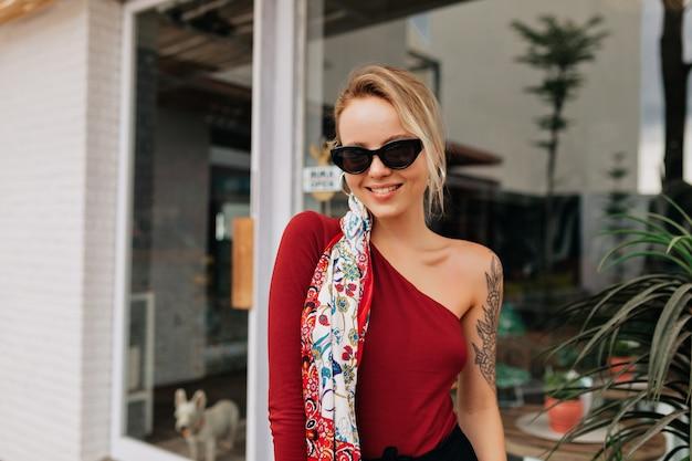 Donna splendida del primo piano che posa nella caffetteria