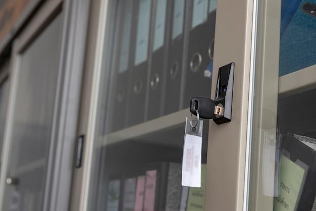Макрофотография серый стальной шкафы для хранения с ключом в офисе.