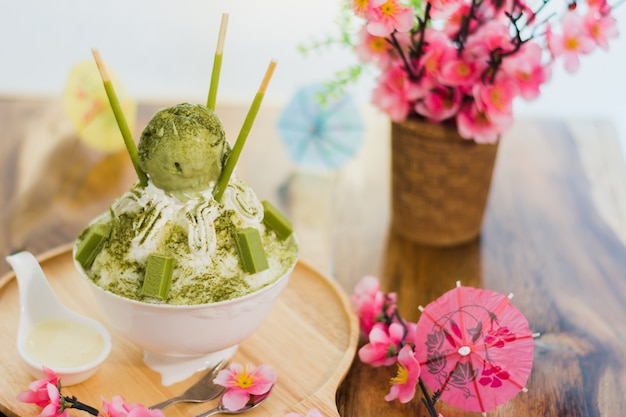 クローズアップ紅茶bingsuトレイ、bingsuまたはbingsoo、甘いトッピングと韓国の削ったアイスデザート
