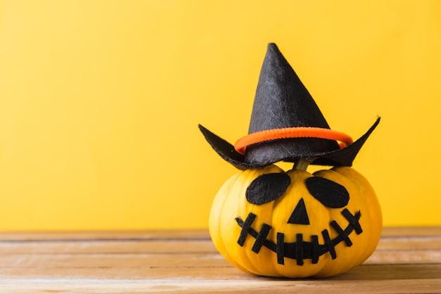 Крупным планом хэллоуин тыква голова джек о фонарь улыбка страшно на деревянном и копировальном пространстве
