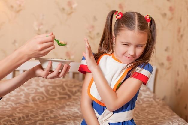 숟가락에서 어린 소녀를 먹이 근접 촬영 손