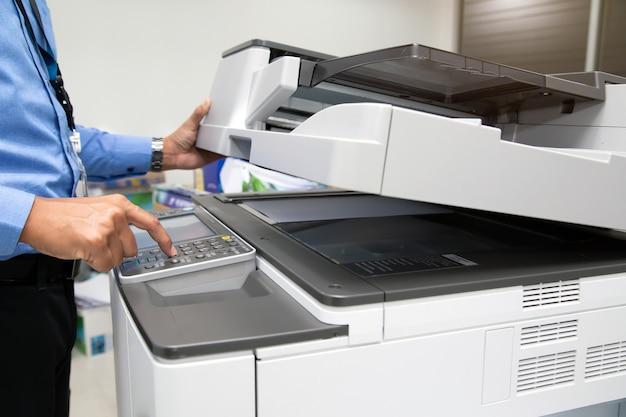 Кнопка нажатия руки крупным планом для использования копировального аппарата.