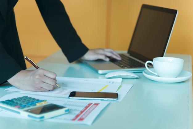 情報技術の仕事中にビジネスマンの手を近づける。