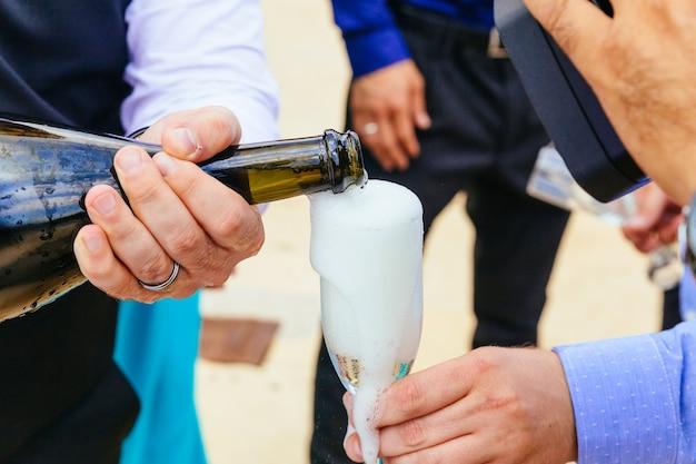 샴페인 잔을 들고 신부와 신랑의 근접 촬영 손 웨딩 샴페인 잔