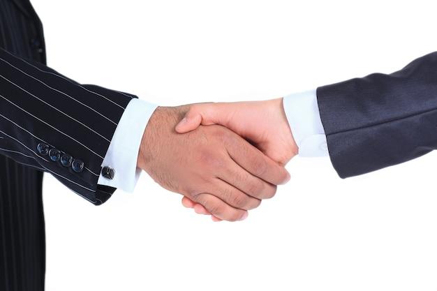 クローズアップ。握手国際ビジネスパートナー。白い背景で隔離。パートナーシップの概念。