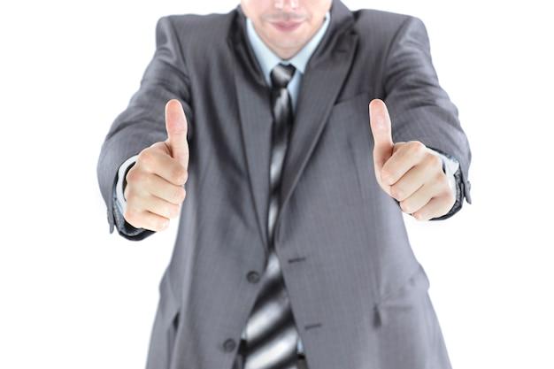 Крупный план. красивый бизнесмен показывает два больших пальца вверх. фото с копией пространства