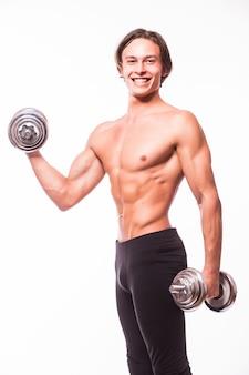 Primo piano di un bodybuilder uomo atletico bello potere facendo esercizi con manubri
