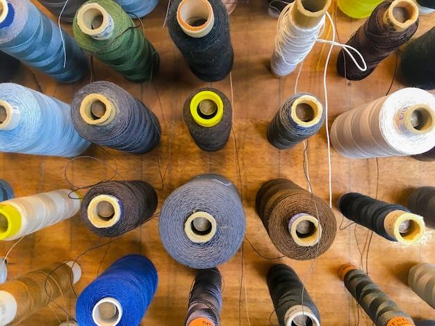 Крупным планом выстрел красочных швейных ниток под высоким углом