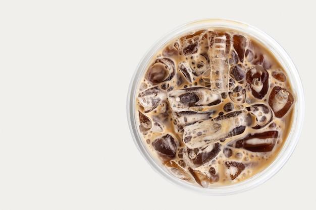 プラスチックカップのアイスコーヒーをクローズアップ。