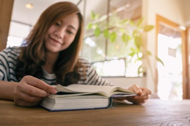 本を持って読んでいる美しいアジアの女性のクローズアップ画像