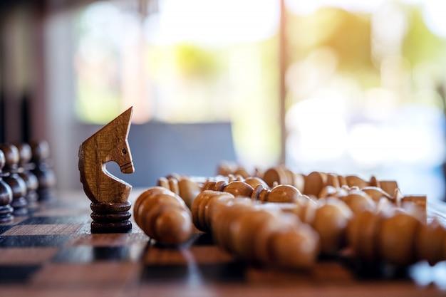 Крупным планом изображение лошади выиграть все шахматы на деревянной шахматной доске