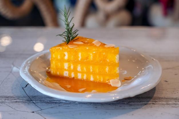 セラミックプレートにオレンジケーキのクローズアップ画像