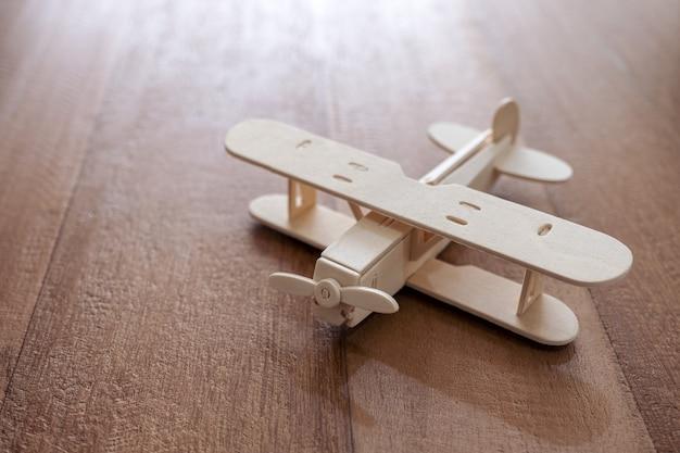 テーブルの上の木製飛行機のクローズアップ画像