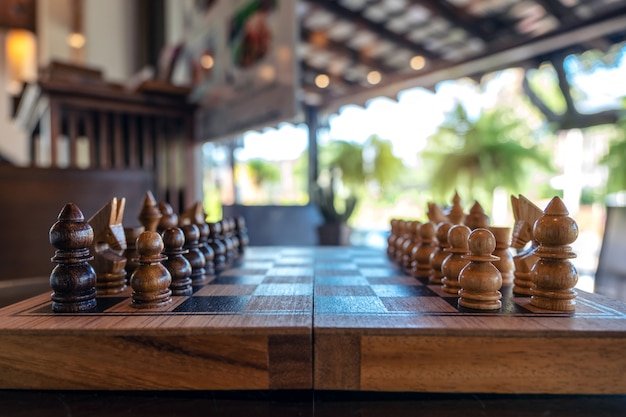 Крупным планом изображение деревянных шахмат на шахматной доске