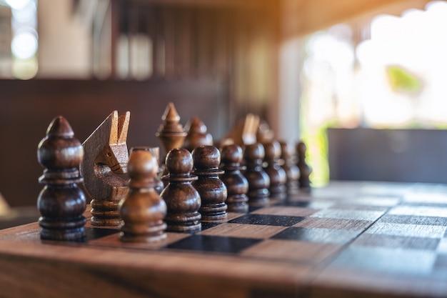 チェス盤に設定された木製のチェスのクローズアップ画像