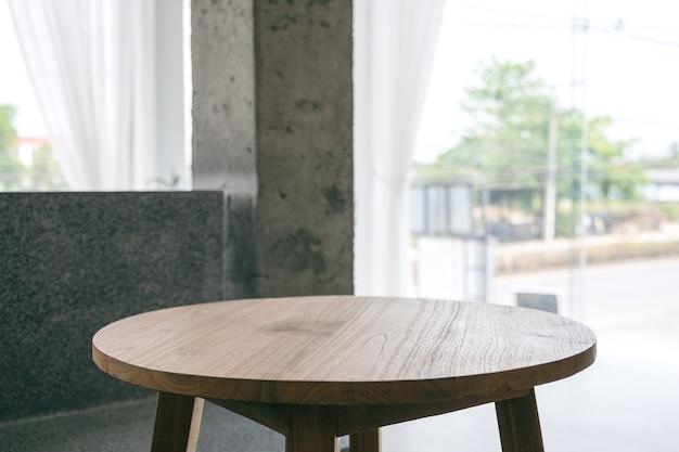 미니멀한 집에 있는 나무 테이블의 근접 촬영 이미지