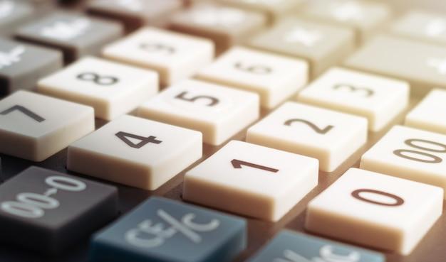 금융 또는 비즈니스 디자인을위한 계산기 키보드의 근접 촬영 이미지.