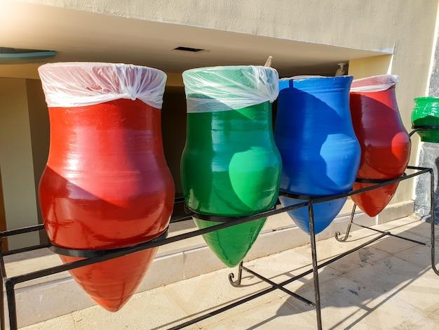 쓰레기를 정렬하기위한 다채로운 쓰레기 컨테이너의 근접 촬영 이미지. 우리 지구와 생태가 여러분의 폐기물을 분류하는 것은 매우 중요합니다