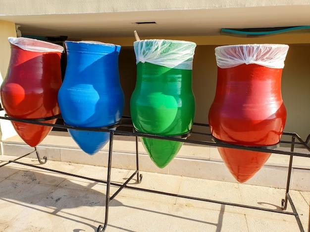 ゴミ容器として使用されるカラフルな鉢のクローズアップ画像。私たちの惑星とエコロジーにとって、あなたの廃棄物を分類することは非常に重要です