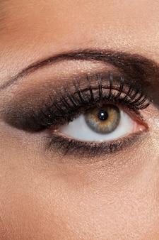 Крупным планом изображение глаза с вечернего макияжа