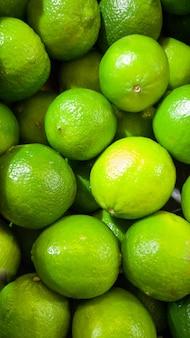 グリーン ライムのクローズ アップ画像。クローズ アップのテクスチャまたは新鮮な熟した果物のパターン。美しい食べ物の背景