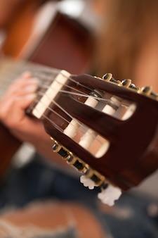 여자 손에 기타의 근접 촬영 이미지