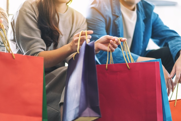 一緒に買い物袋を持っている人々のクローズアップ画像