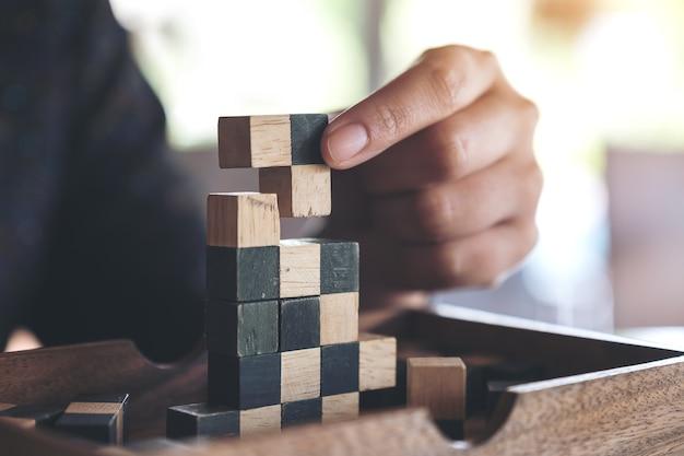 사람들이 나무 퍼즐 게임을하고 건물의 근접 촬영 이미지