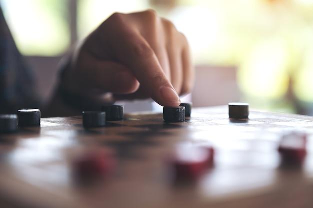 チェス盤でチェッカーをして移動する人々の拡大画像