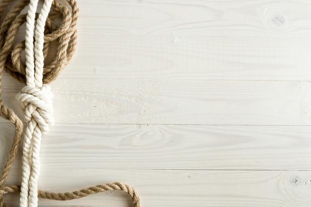 白い木製の背景に船のロープのクローズアップ画像