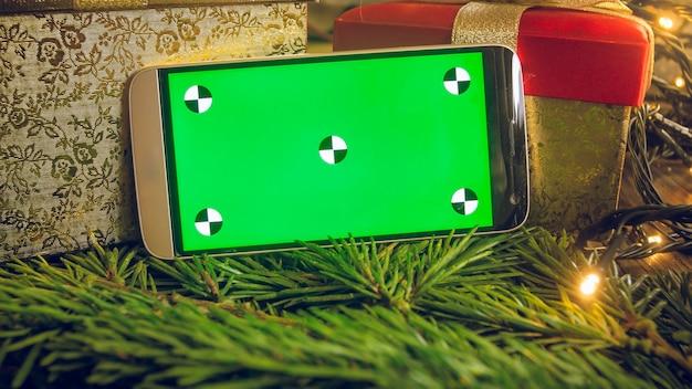 Крупным планом изображение смартфона с пустым зеленым экраном на мобильном телефоне