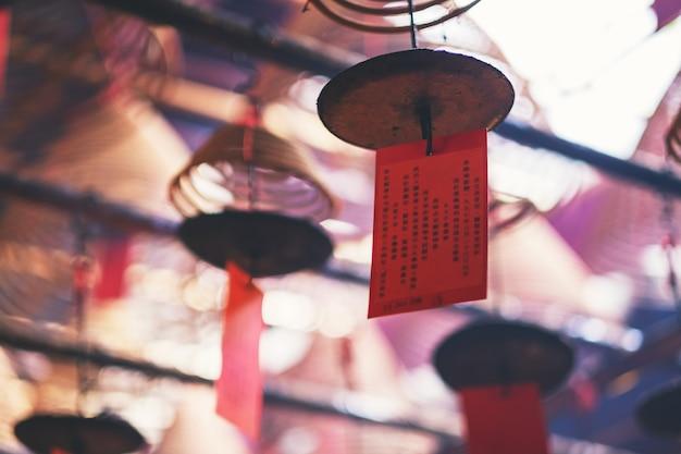 중국 사원 천장에 매달린 나선형 향의 근접 촬영 이미지